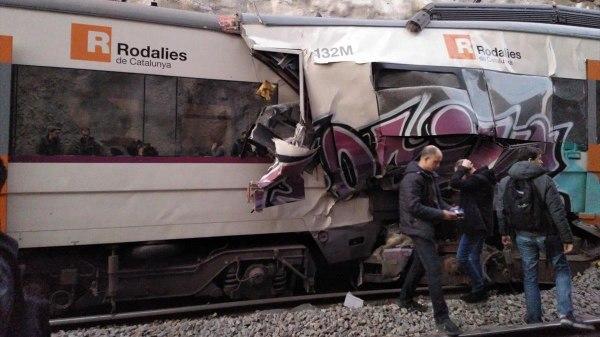 Chocaron dos trenes en Barcelona: un muerto y al menos 16 heridos